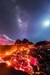 天の川と流れ星と月と溶岩が同時に撮影された奇跡の写真一枚
