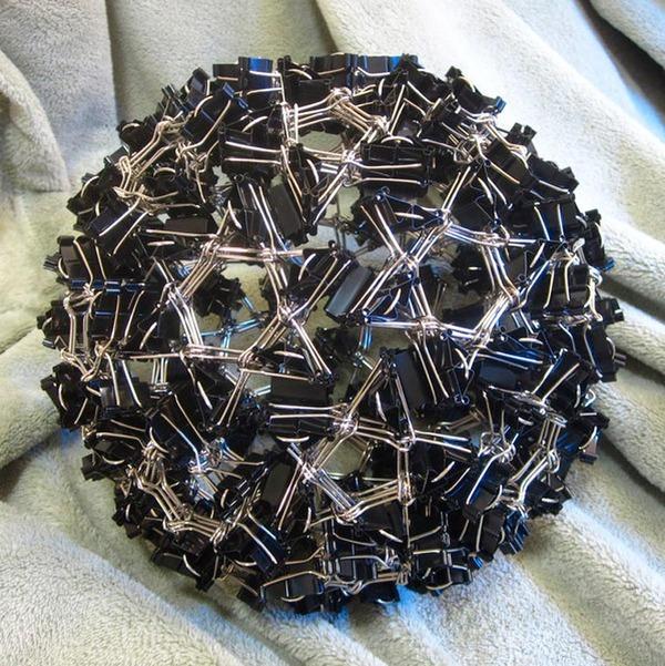規則的!事務用品などの小物で作られた幾何学的な彫刻 (10)