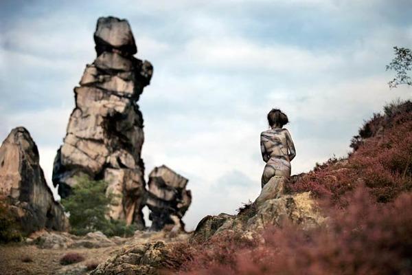 ボディペイントで自然と一体化するアート 9