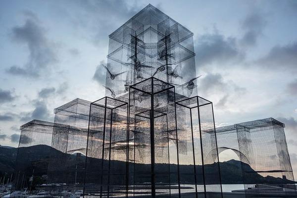 風景が透過する!金網で作られた建造物のような壮大な彫刻 (4)