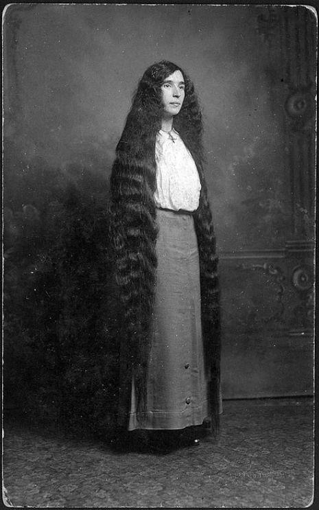 昔の人は髪の毛が超長い!ビクトリア朝の女性の白黒写真 (19)