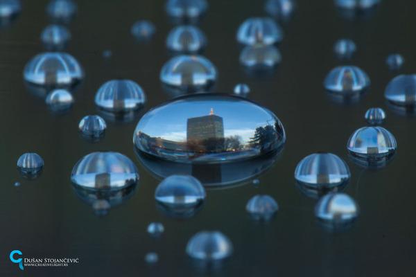 不思議な球体。水滴と水滴の中に映る街の景色 (7)