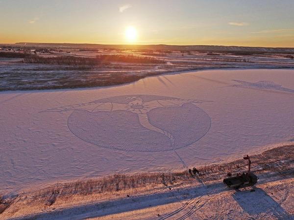 ロシアの雪原に巨大な竜の地上絵が現る!雪を踏んで描かれた竜 (5)
