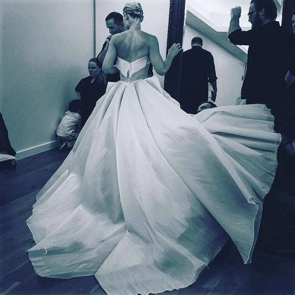 注目されること間違いなし!暗闇で光り輝く美しいドレス (2)