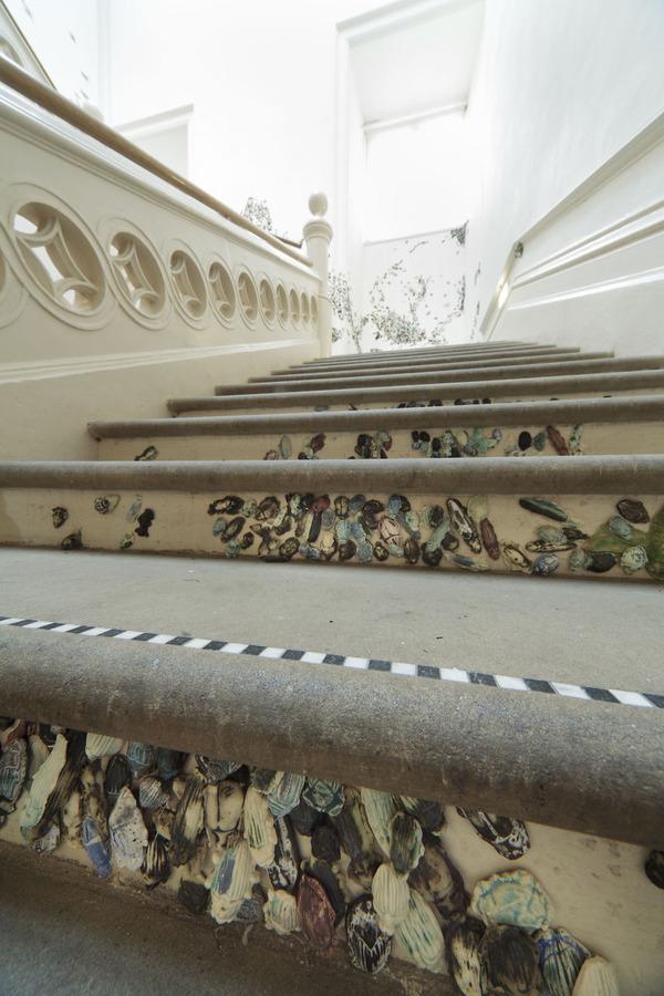 一万のカブトムシや昆虫の群れがノッティンガム城の壁を這う! (6)