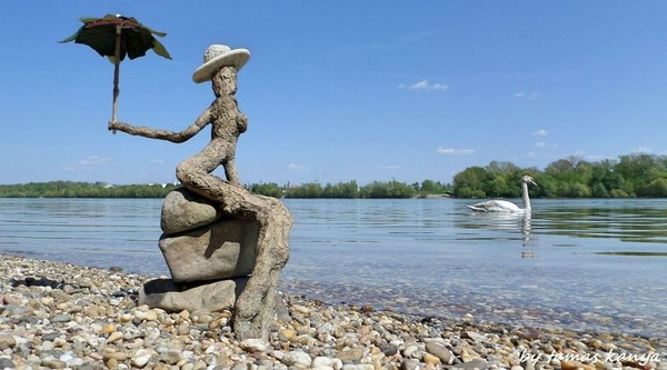 歪な形がゾンビっぽい!ドナウ川の流木で作られた彫刻作品 (9)