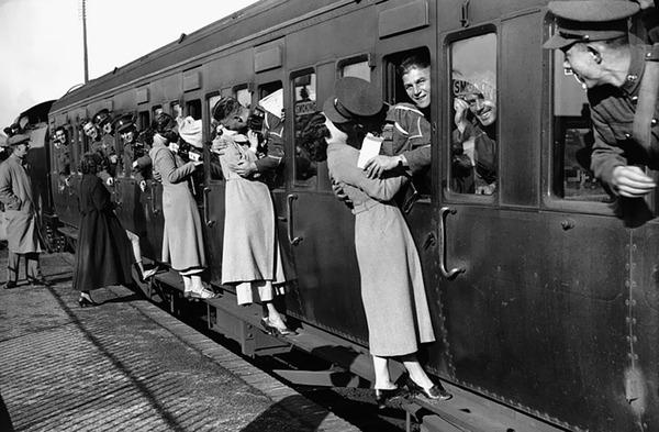 戦時中のラブストーリー。別れを惜しむ恋人たちのキス画像など (6)