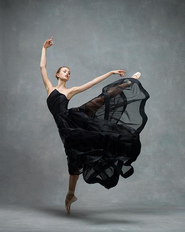 踊りが生み出す芸術。優美なダンサーの写真 (18)