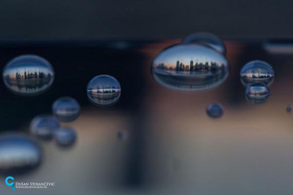 不思議な球体。水滴と水滴の中に映る街の景色 (19)