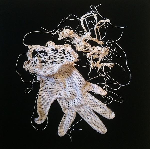 綿糸から作られた動物の骨格彫刻 (1)