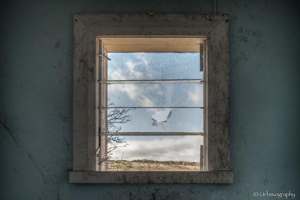 廃墟の部屋の窓から覗く風景 11