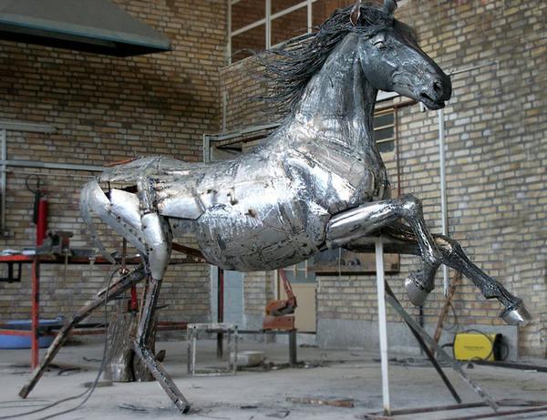 屑鉄から生まれた馬