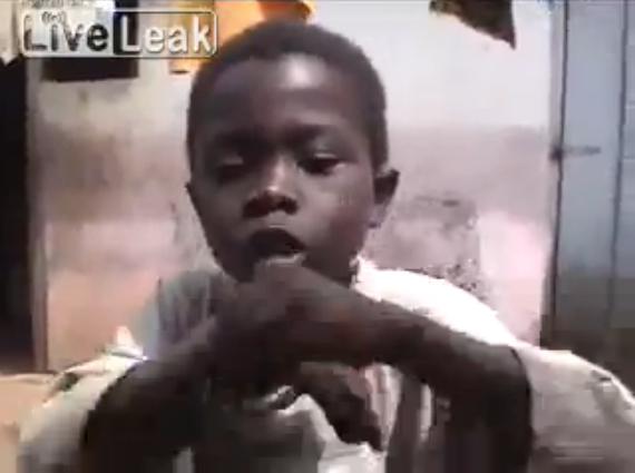リズムを奏でるガーナの少年