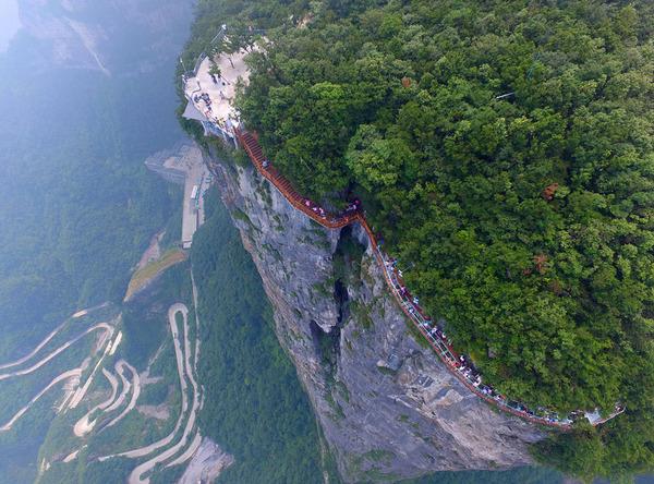 中国の天門山!もはやホラー…。恐怖と絶景を同時に楽しめる橋 (6)