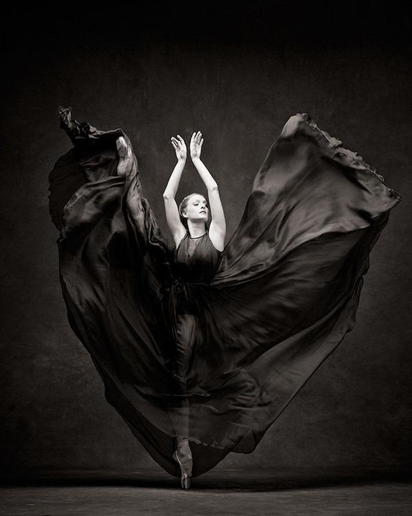 踊りが生み出す芸術。優美なダンサーの写真 (21)