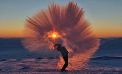 瞬間凍結!-40℃の世界では熱いお茶が一瞬で凍る画像