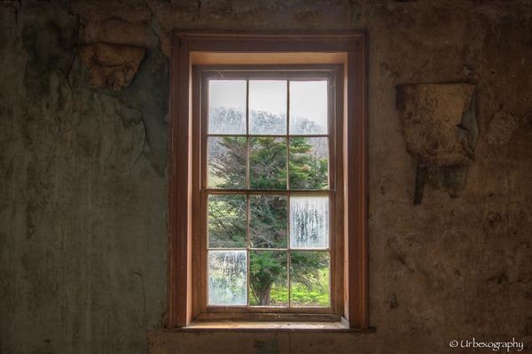 廃墟の部屋の窓から覗く風景 7