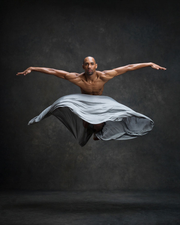 踊りが生み出す芸術。優美なダンサーの写真 (23)