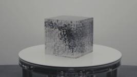 隠された絵が浮かび上がる!アナモルフィックな立方体