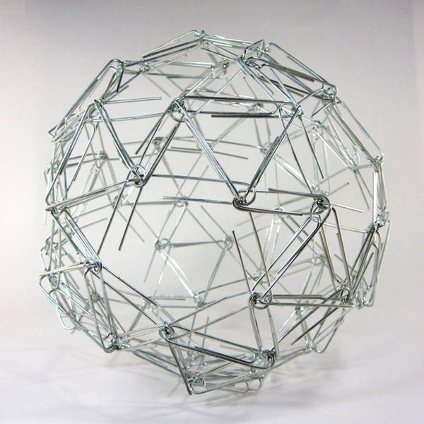 規則的!事務用品などの小物で作られた幾何学的な彫刻 (12)