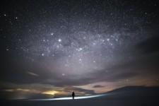 北極圏の星空の下たたずむ。フィンランドの美しい夜空写真