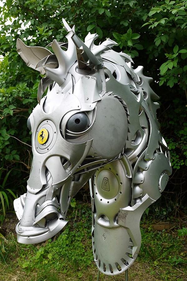 車の金属部品でメタリックな動物彫刻!ホイールキャップ (4)