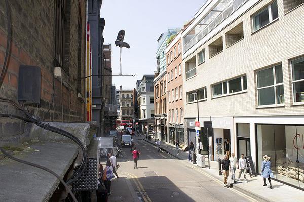 重力が反転したような靴がロンドンの街に現る (1)