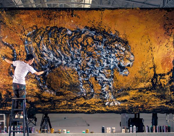 大迫力!躍動感溢れる巨大な虎をダイナミックに描いた絵画 (1)