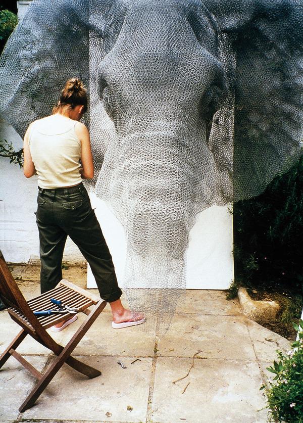 亜鉛線で作られたゾウの彫刻アート