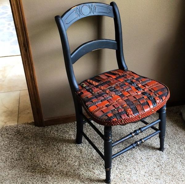 8 革ベルトがエレガントな椅子に