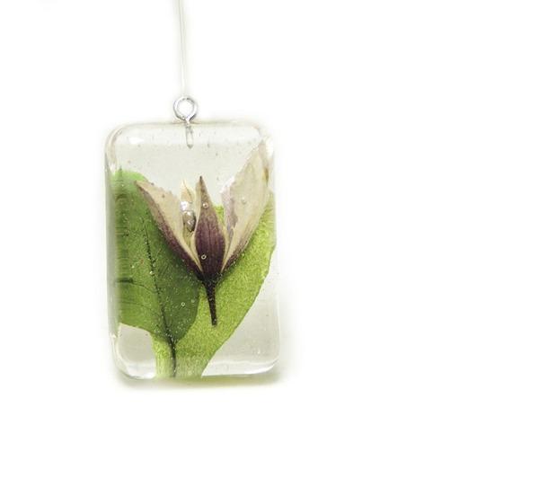 透明な樹脂に花や植物を詰め込んだハンドメイドアクセサリー (3)