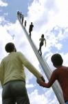 人間達の彫刻が空に向かって歩いていくシュールなオブジェ