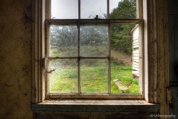 廃墟の部屋の窓から覗く風景 14