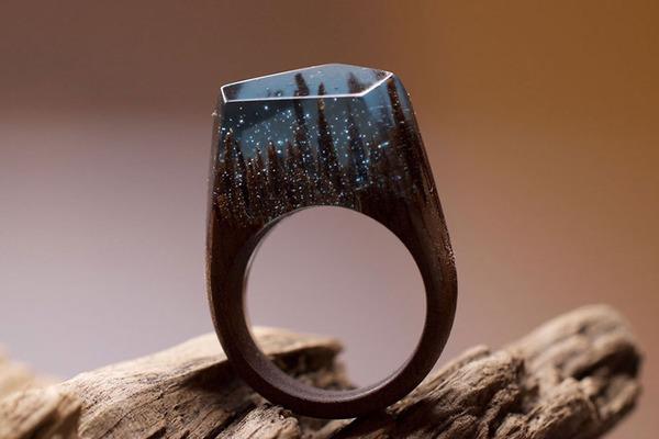 小さな世界が隠されている木と樹脂の指輪 (13)