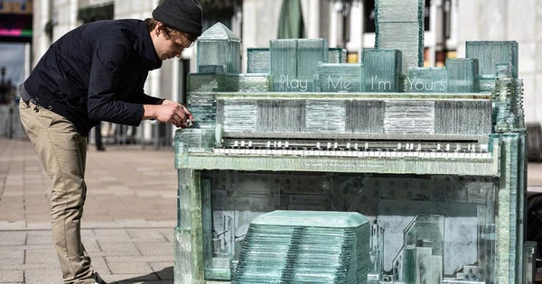 ガラスのピアノ!古い窓ガラスを接着して作ったピアノ (4)