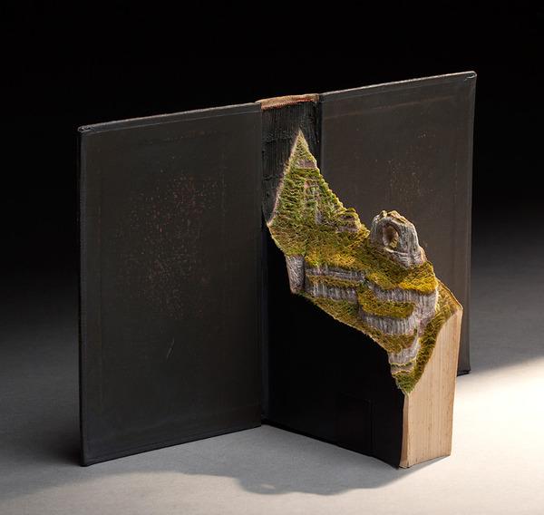 古本を使って制作された野鳥の肖像画と生息地の彫刻 2
