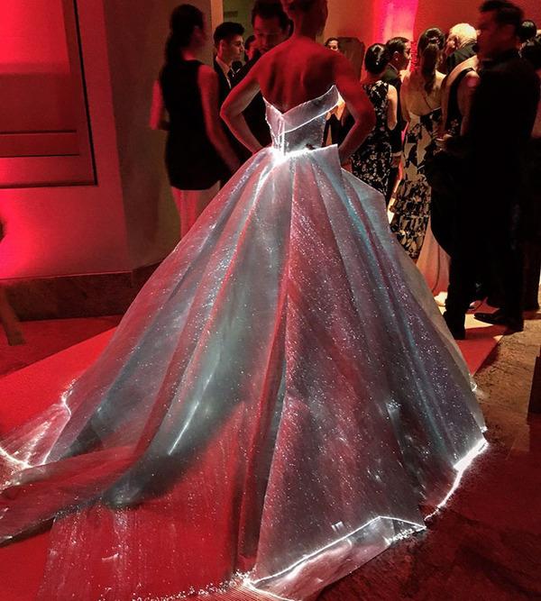 注目されること間違いなし!暗闇で光り輝く美しいドレス (5)