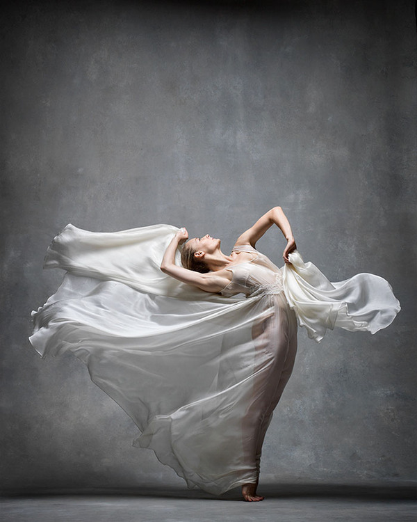 踊りが生み出す芸術。優美なダンサーの写真 (20)
