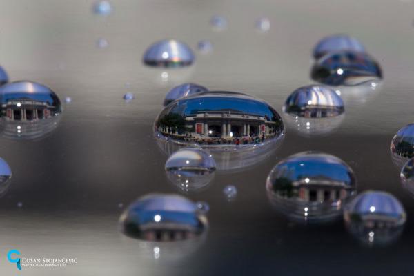 不思議な球体。水滴と水滴の中に映る街の景色 (11)
