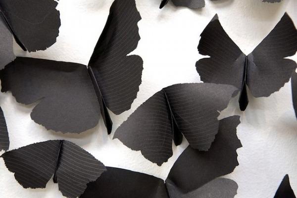 黒い紙で作られた蝶のアート 6