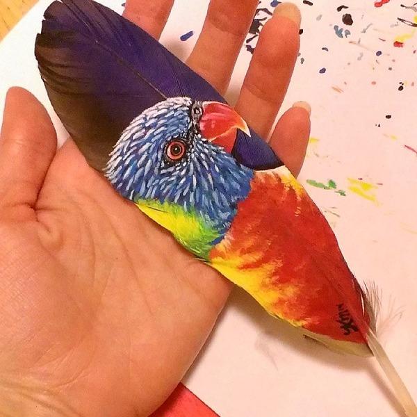 七面鳥やインコの羽に描く動物達のアクリル絵画 (5)