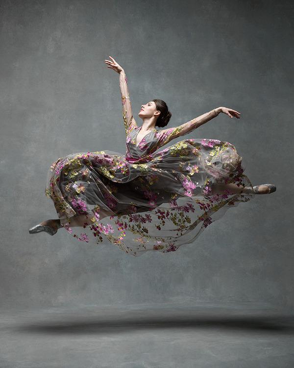踊りが生み出す芸術。優美なダンサーの写真 (14)