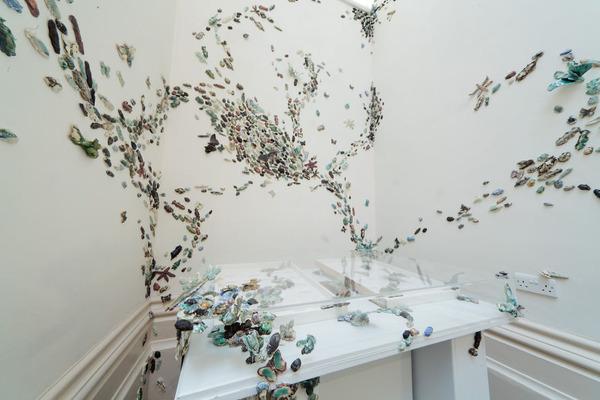 一万のカブトムシや昆虫の群れがノッティンガム城の壁を這う! (5)