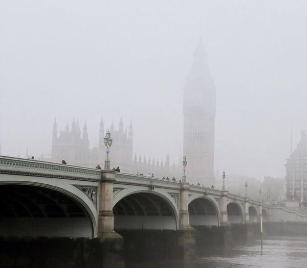 霧のロンドン。霧に覆われた幻想的なロンドンの街の写真 (6)