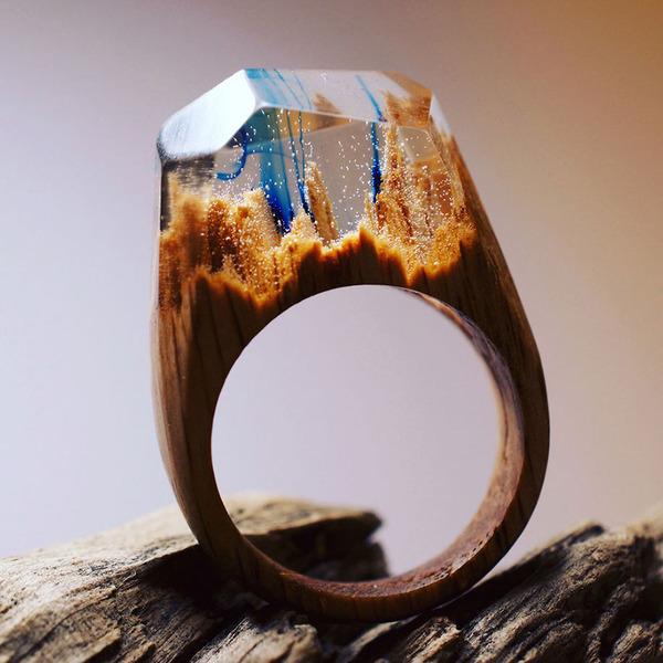 小さな世界が隠されている木と樹脂の指輪 (14)