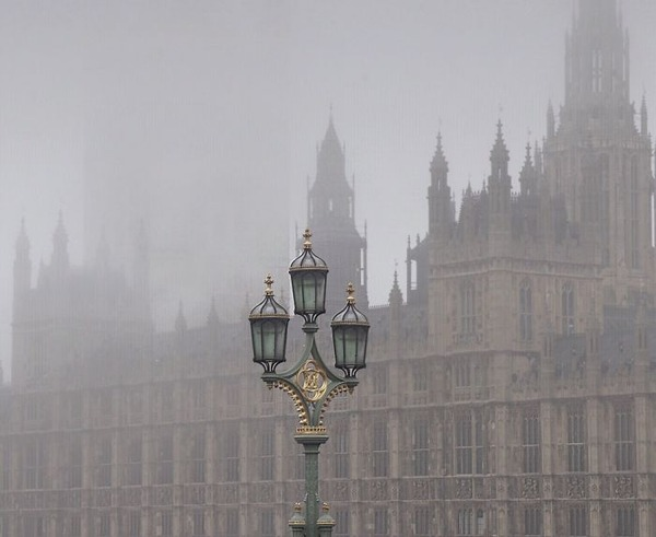 霧のロンドン。霧に覆われた幻想的なロンドンの街の写真 (1)