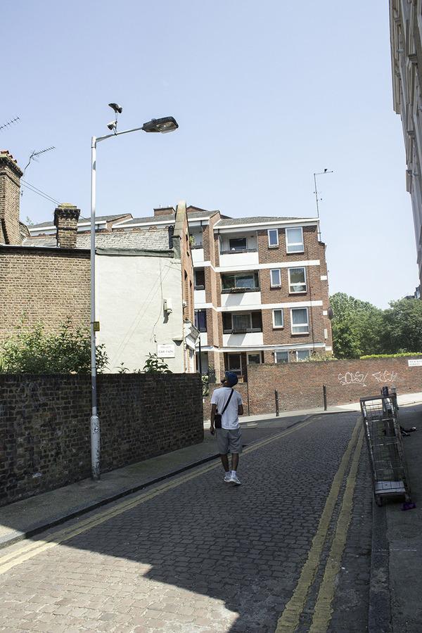 重力が反転したような靴がロンドンの街に現る (5)