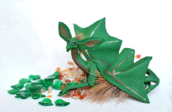 木の葉と一体となった小さなドラゴンの彫刻 13