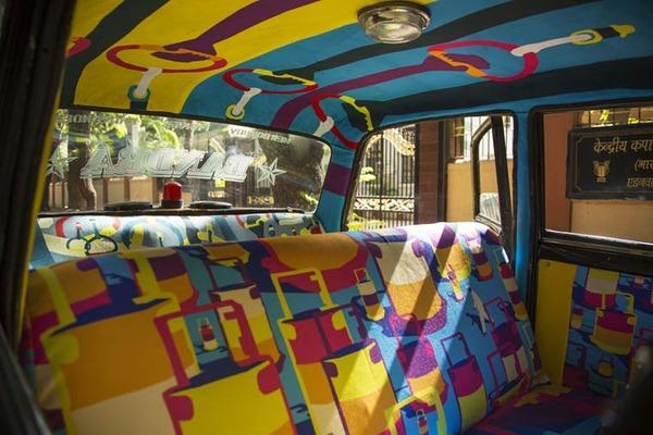 明るい気分で乗車できる!超カラフルなインドのタクシー (9)