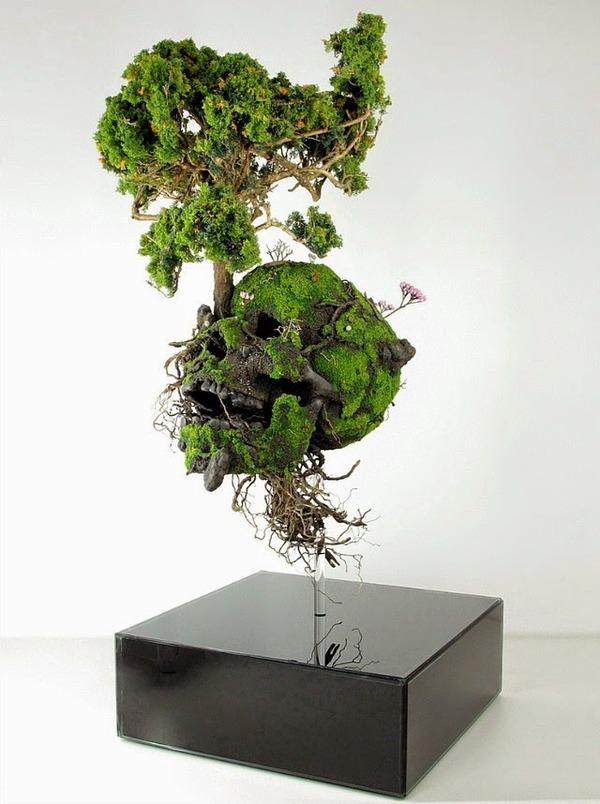 自然と融合する人間の部位や人工物を描写した植物彫刻 (1)